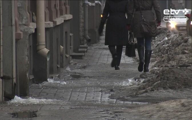 Чтобы не получить штраф следует убрать лед с тротуара.