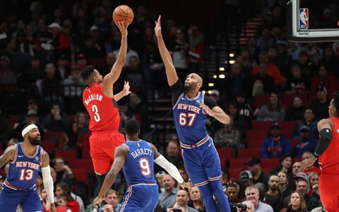 CJ McCollum saadab palli üle Knicksi mängija korvi.