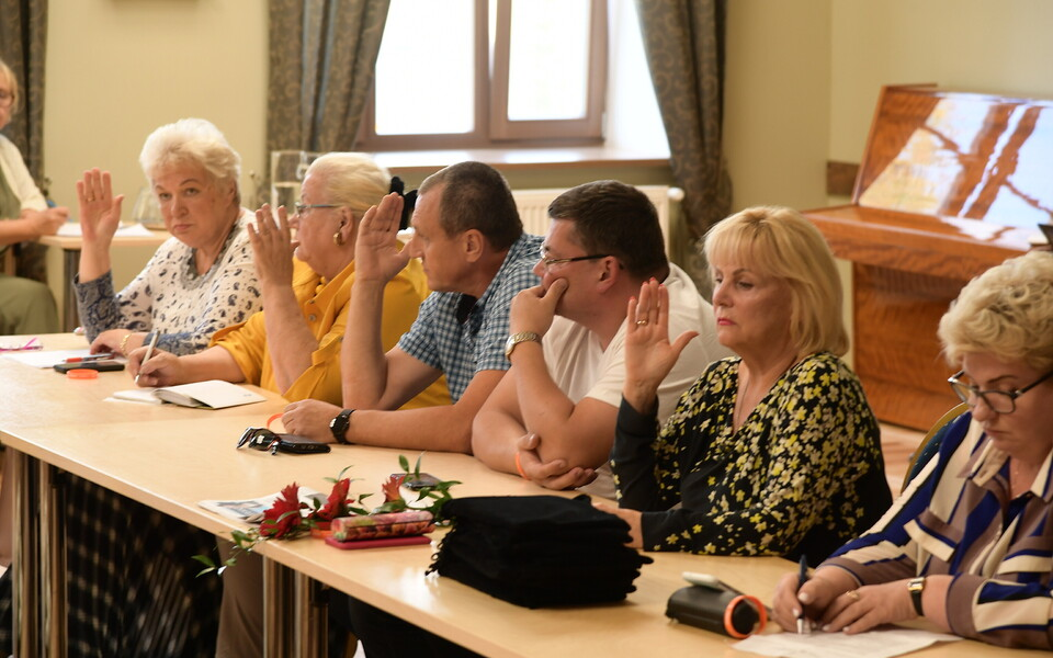Елена Безводицкая (крайняя справа) временно покинула волостное собрание Йыхви.