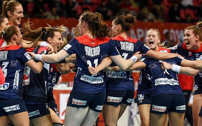 Norra naiskond tähistamas pääsu poolfinaali.