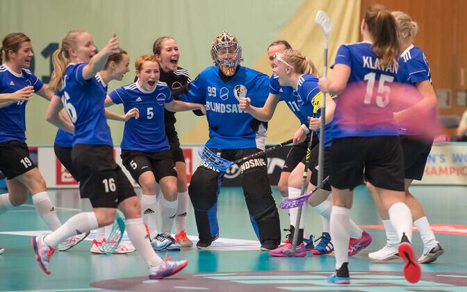Сборная Эстонии празднует победный гол в овертайме.