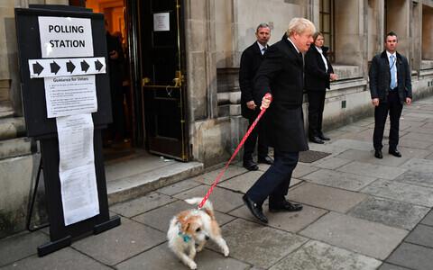 Премьер-министр Борис Джонсон у избирательного участка.