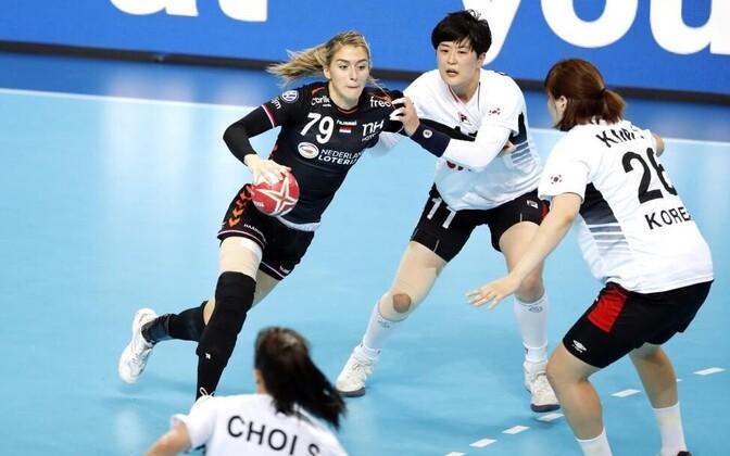 Hollandi koondise poolfinaali vedanud Estevana Polman ründamas HC Tabasalu treener Merit Morole samuti muljet avaldanud korealannade vastu.