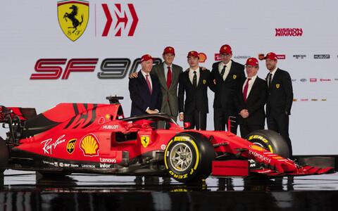 Ferrari president John Elkann (vasakult teine) Ferrari meeskonnaga 2019. hooaja eel koos Mattia Binotto (paremalt kolmas), Sebastian Vetteli (paremal), Charles Leclerci (vasakult kolmas) ja Piero Ferrariga (vasakul).