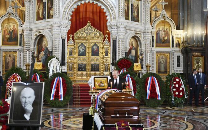 После церемонии прощания Юрия Лужкова похоронили на Новодевичьем кладбище.