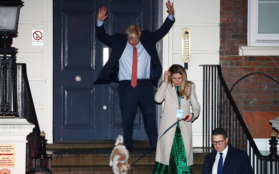 Борис Джонсон празднует победу.