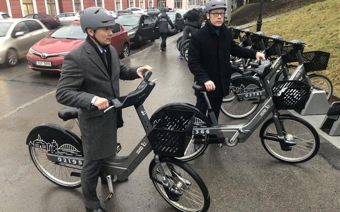 Михаил Кылварт и Урмас Клаас сами прокатились на велосипедах.