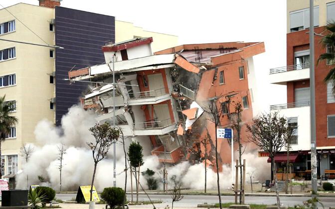 Albaania sõjavägi õhkis Durresi linnas maavärina tagajärjel ohtlikuks muutunud hooned.