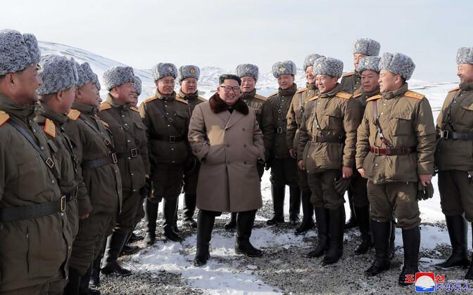 Põhja-Korea diktaator Kim Jong-un sõjaväelaste seltsis.