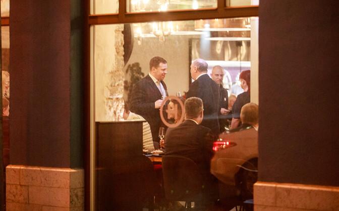 Коалиционные политики собрались в ресторане.