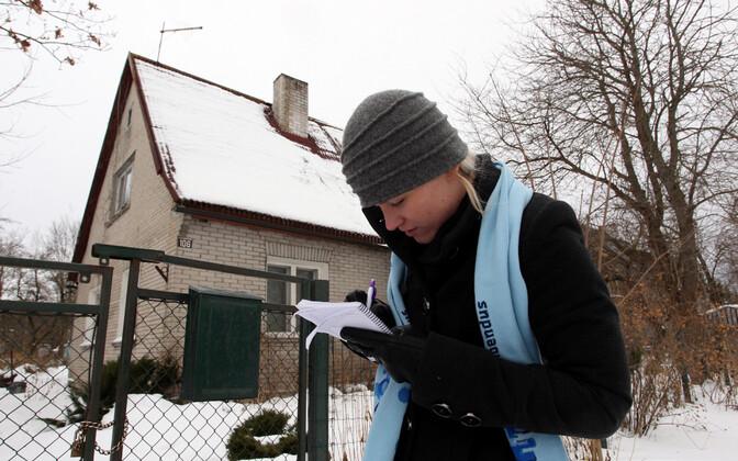 Rahvaloendaja eelmise rahvaloenduse ajal Tallinnas kodusid külastamas.