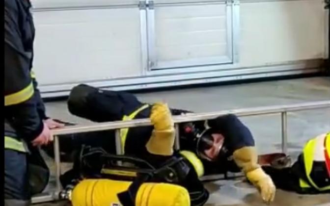 Финский пожарный продемонстрировал свои умения.