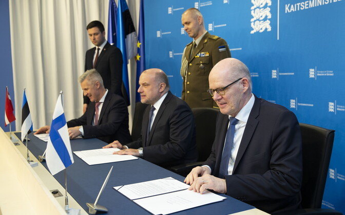 Estonian Defense Minister Jüri Luik, Latvian Defense Minister Artis Pabriks and Finnish Defense Ministry Secretary General Jukka Juusti.