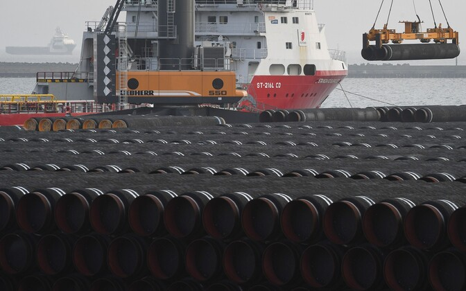 Nord Stream 2 torude laadimine laevale Rügeni saare sadamas.