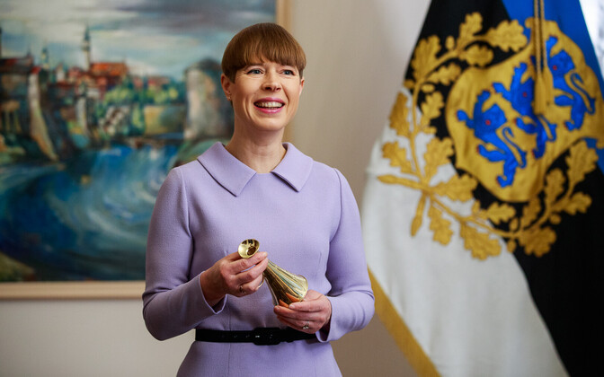 President Kersti Kaljulaid receiving her Estonian Association of Media Enterprises Friend of the Press award.