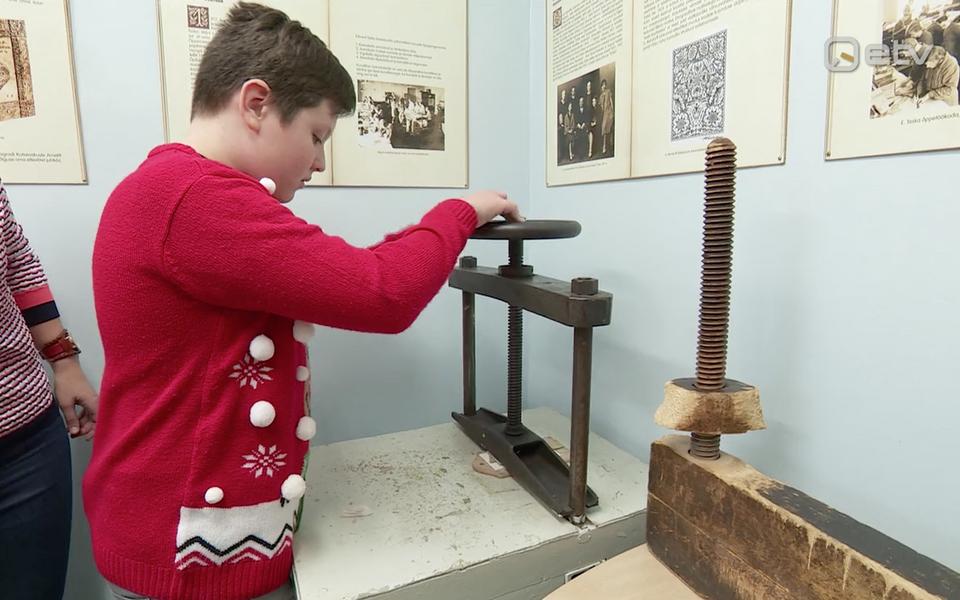 Konguta kooli keldris on avatud nahakunstnik Eduard Taska kultuurilooklass