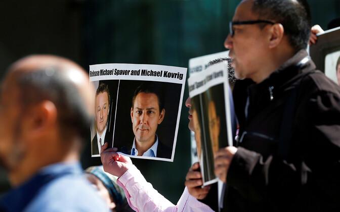 Inimesed Vancouveris Michael Spavori ja Michael Kovrigi vabastamist nõudvate plakatitega.
