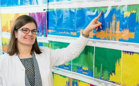 Tartu Ülikooli doktorant Anne-Mai Ilumäe näitab graafikuid, mis jagavad inimeste DNA kindla päritoluga osadeks.
