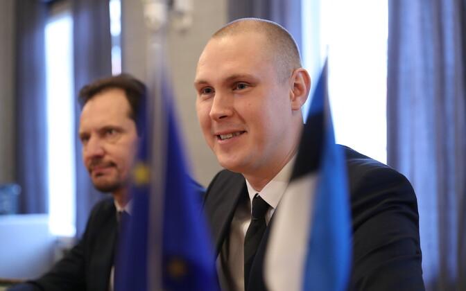 Raimond Kaljulaid with SDE chairman Indrek Saar.