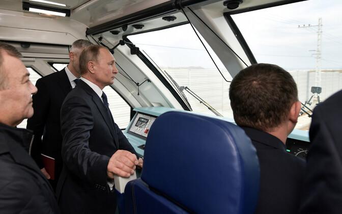 Putin Krimmi raudteesilda ületamas.