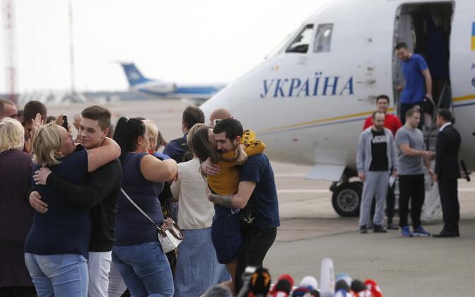 Venemaa vanglast vabanenud ukrainlased Kiievi lennuväljal 7. septembril.