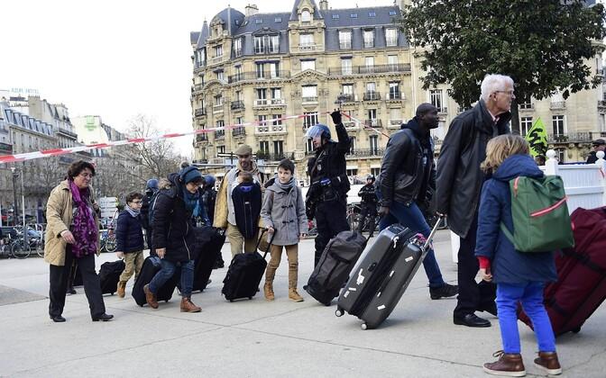 Inimesed peavad ühistranspordi streigi tõttu halvatud Pariisis pikki vahemaid jala läbima.