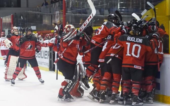 Kanada koondislased väravat tähistamas.