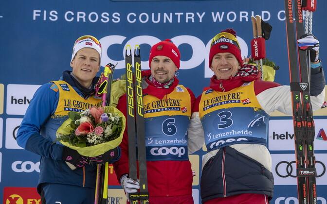 Tour de Ski avaetapi esikolmik: võitja Sergey Ustiugov keskel, vasakul Johannes Hösflot Kläbo ja paremal Aleksandr Bolšunov