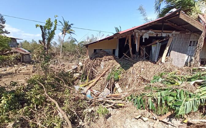 Taifuunis kahjustada saanud maja Filipiinidel.