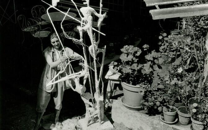 """Maire Männik Pariisis Atelier Zadkine'i õuel. Valmib teos """"Helisev perspektiiv"""". Mai, 1956."""
