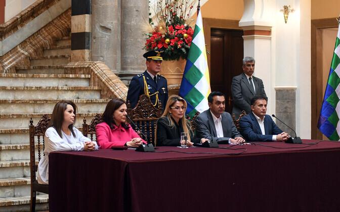 Boliivia presidendi kohusetäitja Jeanine Anez (keskel) kantsleri ja ministritega pressikonverentsil.