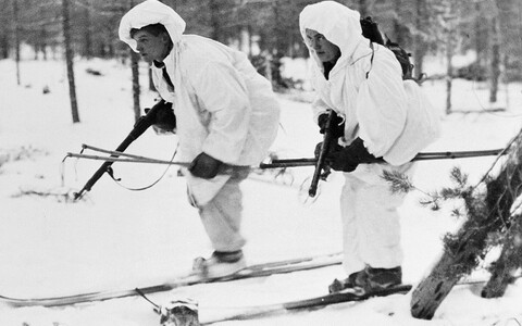 Soome võitlejad suuskadel ja laskevalmis relvadega. 16. jaanuar 1940.
