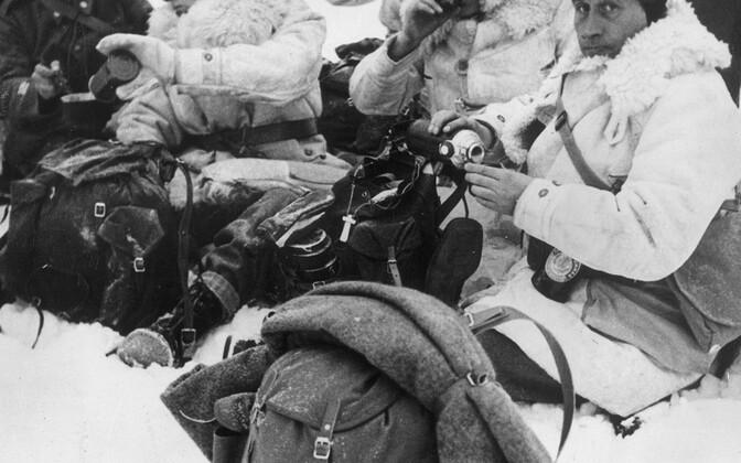 Soomele välisriikidest appi tulnud välismaalastest formeeritud üksuse võitlejad kuuma joogiga end turgutamas. 1940. aasta jaanuar.