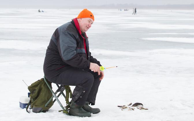 Andrus Toss 2017. aasta talvel Peipsil kala püüdmas.