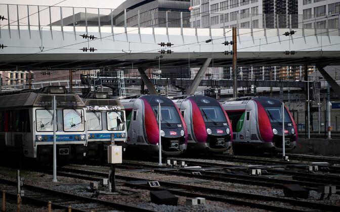 Rongid Pariisis tühjade platvormide kõrval.