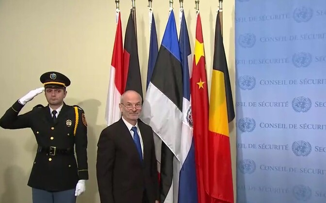 Постпред Эстонии при ООН Свен Юргенсон установил эстонский флаг перед залом заседаний Совбеза.