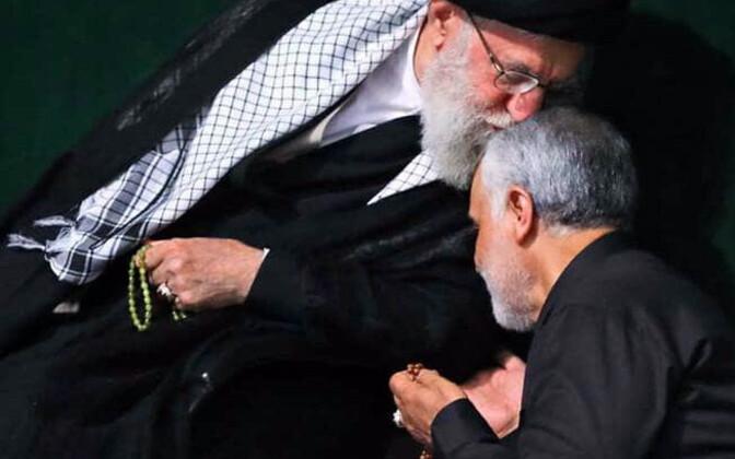 Ajatolla Ali Khamenei ja Qasem Soleimani Iraani usujuhi avaldatud fotol.