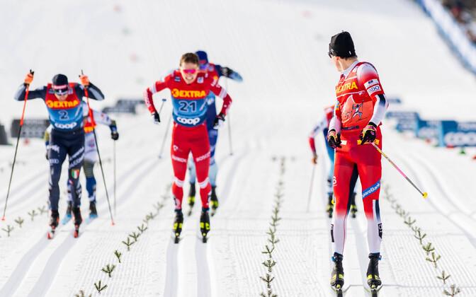 Johannes Hösflot Kläbo finišis selja taha vaatamas