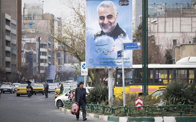 Портрет убитого генерала Сулеймани на улице Тегерана.
