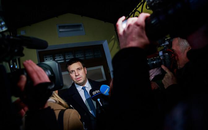 Prime Minister Jüri Ratas (Centre) addressing the press.