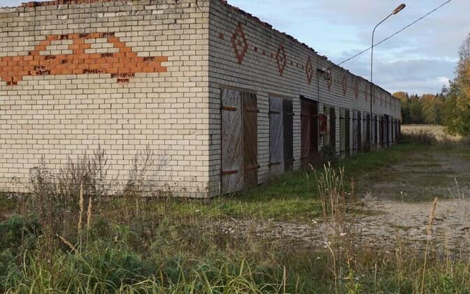Põneva peatüki nõukogudeaegses ehituskultuuris moodustavad silikaatkiviseintesse punastest tellistest sisse laotud mustrid ja pildid.