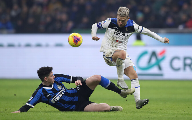 Alessandro Bastoni (Inter) ja Alejandro Gomez (Atalanta)