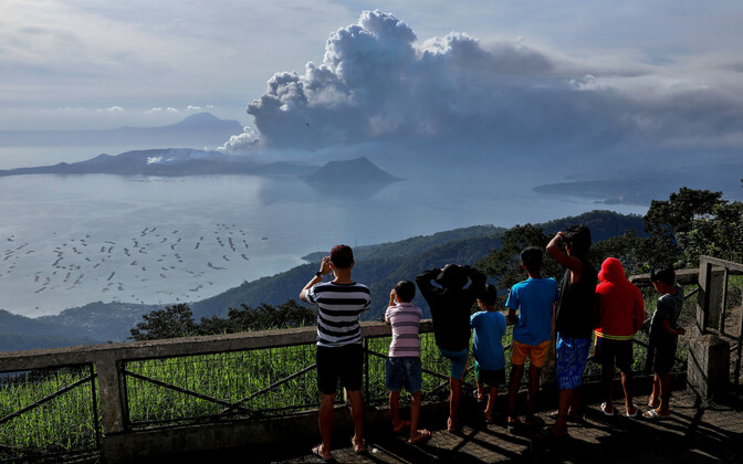 Вулкан Тааль выпустил столб пепла высотой около километра 12 января.