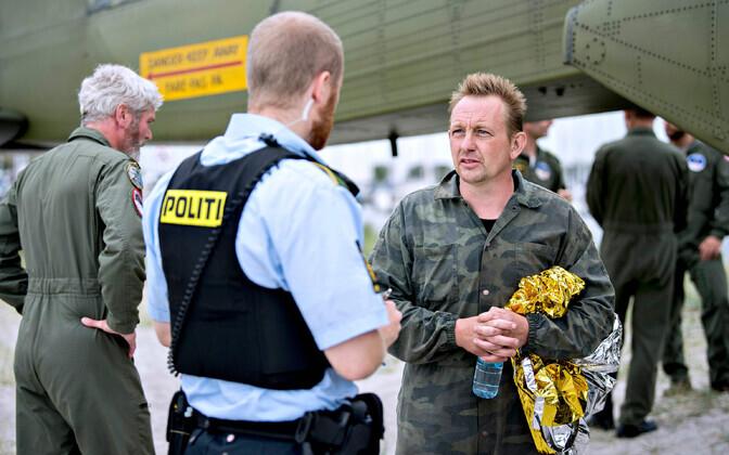 Peter Madsen 2017. aasta augustis Taani politseinikuga rääkimas.