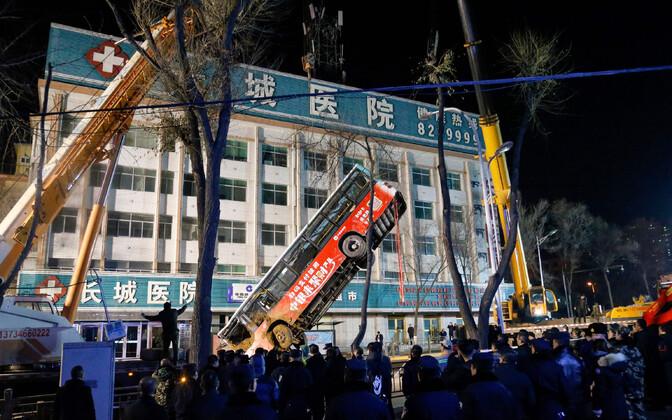 Bussi august välja tõstmine Hiinas Xiningi linnas 13. jaanuaril.
