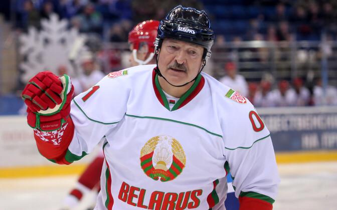 Президент Белоруссии Александр Лукашенко любит хоккей.