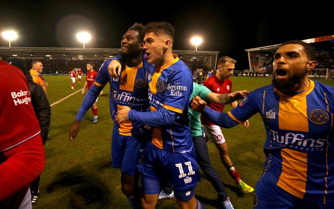Shrewsbury Towni mängijad edasipääsu tähistamas, vasakul väravalööja Aaron Pierre.