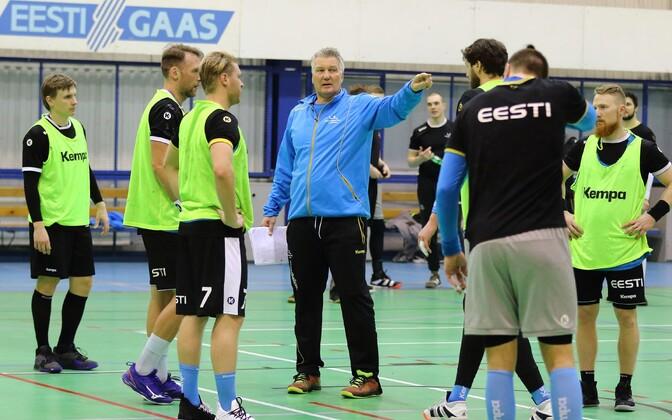 Eesti koondislased viimasel Tallinna-treeningul peatreener Thomas Sivertssoni juhiseid kuulamas.