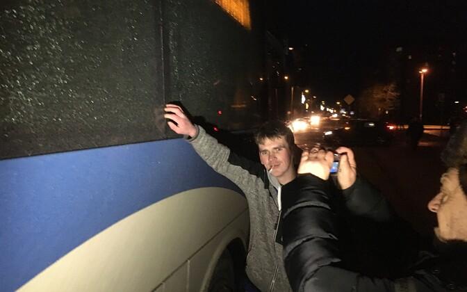 Пострадавшие во время стрельбы автобусы в Кохтла-Ярве..