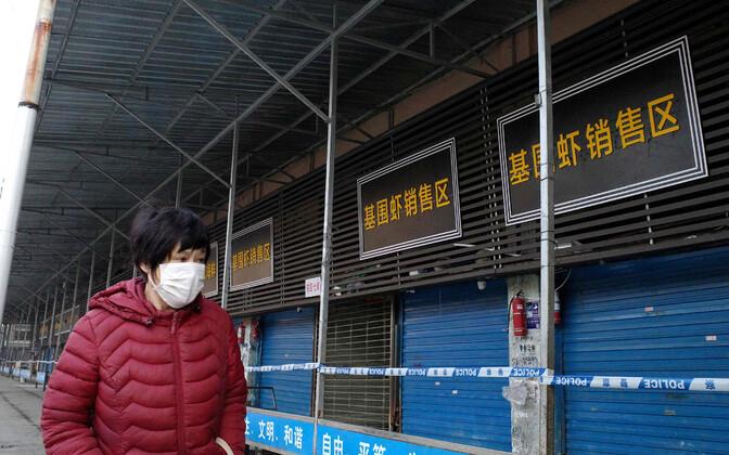 Haiguspuhangu alguskohaks peetud Huanani kalaturu juures.
